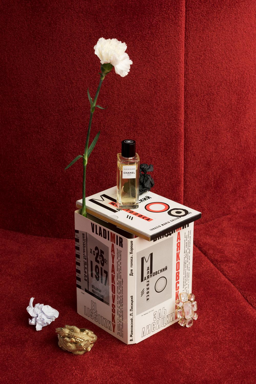 Perfume de  CHANEL  y broche de  GOOSSENS.