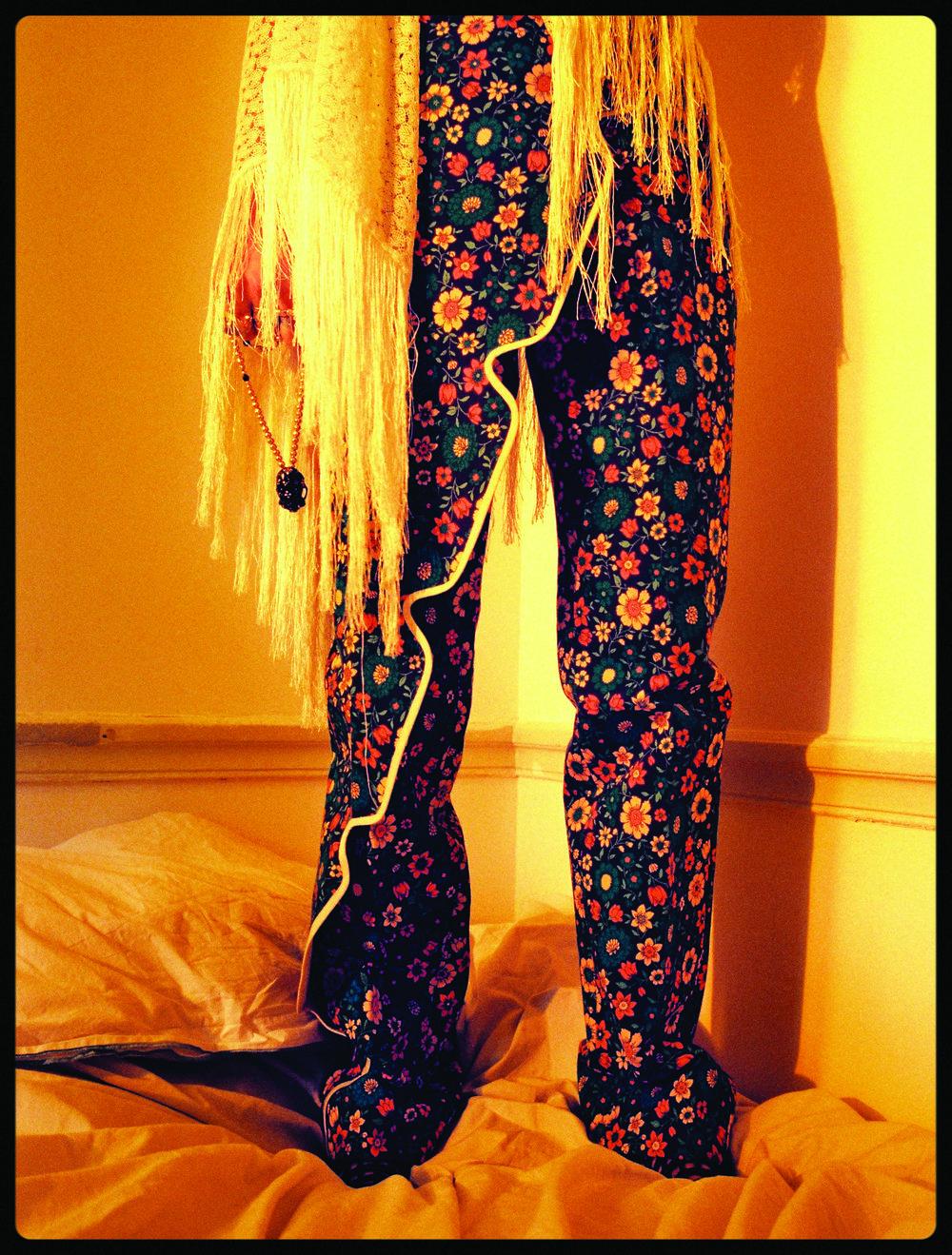 Pantalón de  BALENCIAGA , chal de  MISSONI , zapatos de  CÉLINE  y collar de  HARUMI .