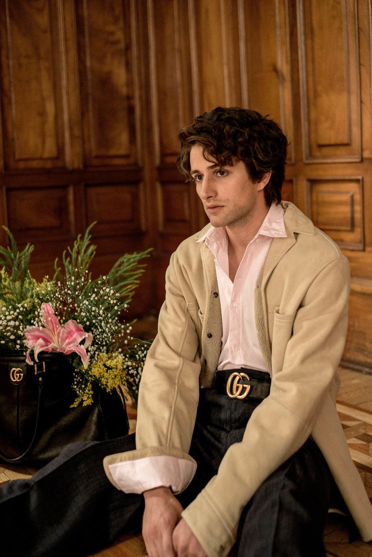 Camisa de  HERMÉS , chaqueta y pantalón de  SALVATORE FERRAGAMO  y cinturón y bolso de  GUCCI .