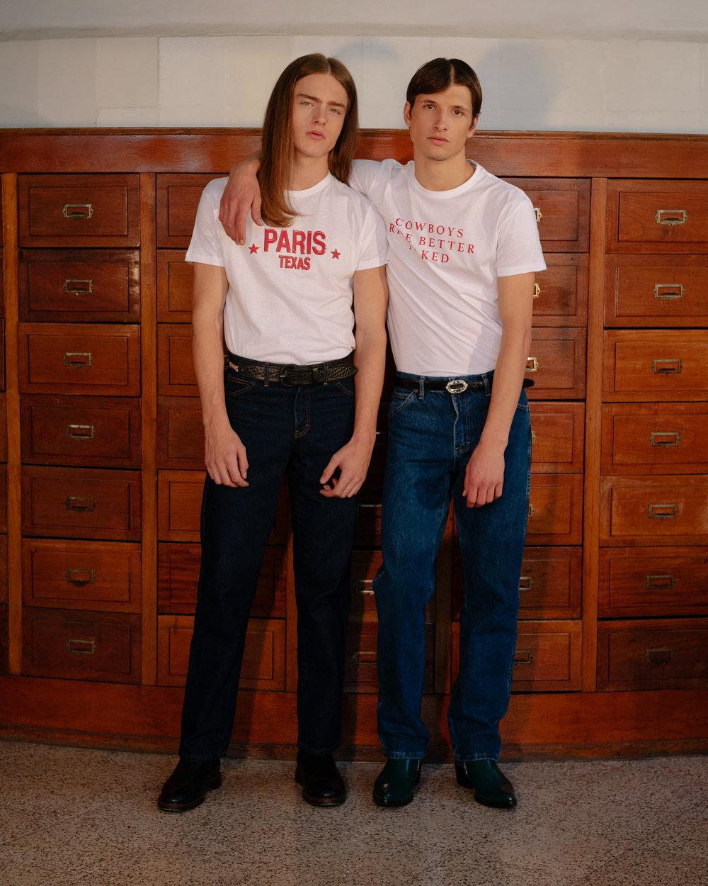 Ambos con pantalón de  DICKIES , botas de  CALVIN KLEIN  y camiseta y cinturón de  AYANEGUI .