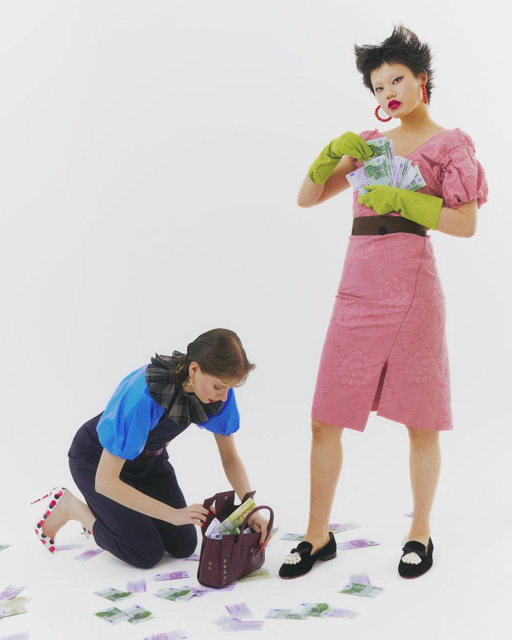 Izquierda: Camisa de  KENZO , collar de  CARVEN  por  GUILLAUME HENRY , cinturón de  LA CONTRIE , pantalón de A  CHEVAL PAMPA , mono de  ANTON BELINSKIY , zapatos de  CHRISTIAN LOUBOUTIN , bolso de  BALENCIAGA  y pendientes de  VIVIENNE WESTWOOD .  Derecha: Vestido de  VIVIENNE WESTWOOD , cinturón de  MAXMARA , zapatos de  CHRISTIAN LOUBOUTIN , pendientes de  BALABOOSTÉ , guantes de  AGNELLE