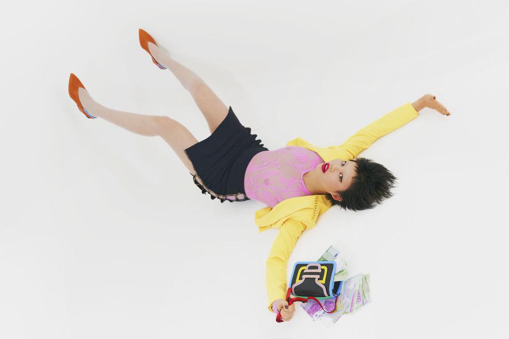 Chaqueta de  ELISABETTA FRANCHI , body de  DRAG AND DROP , falda de  MARCIA CLOTHING , zapatos y bolso de  PIERRE HARDY