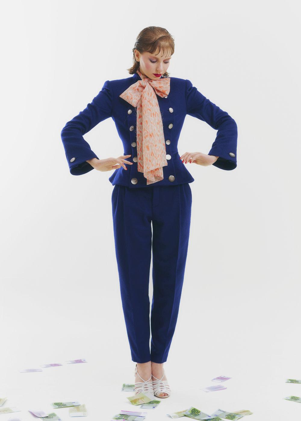 Chaqueta y pantalón de  RONALD VAN DER KEMP , brasier de  VÉRONIQUE   LEROY  y zapatos de  MICHEL VIVIEN