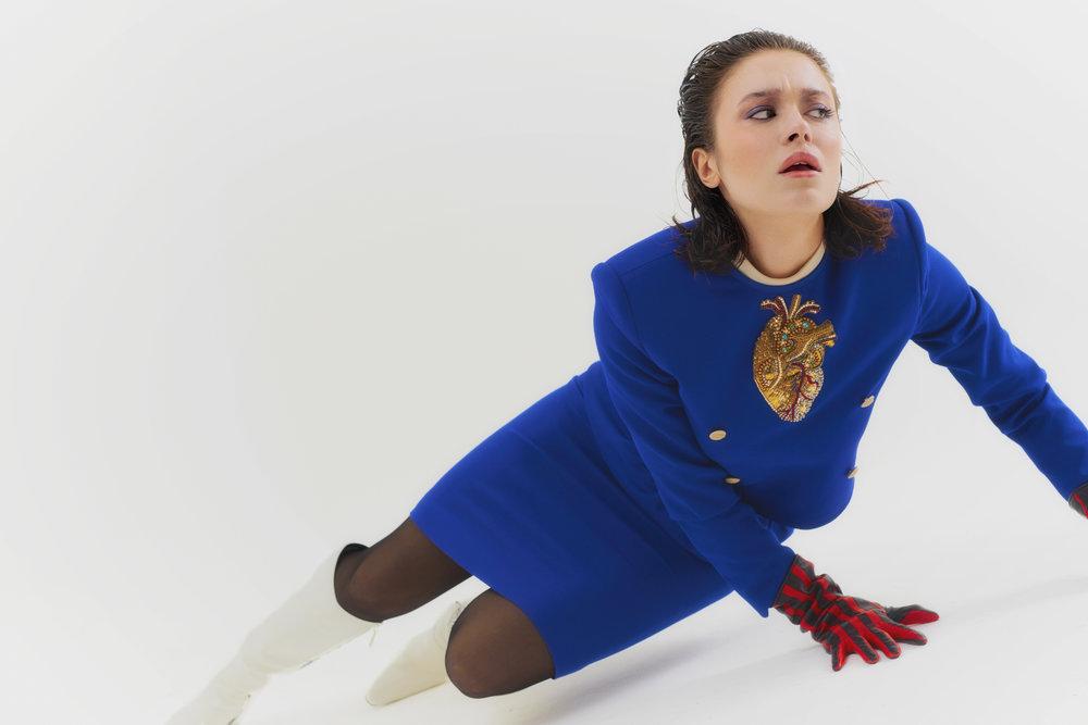 Falda y chaqueta de  GUCCI , guantes de  AGNELLE , medias de  FALKE  y zapatos de  BALENCIAGA