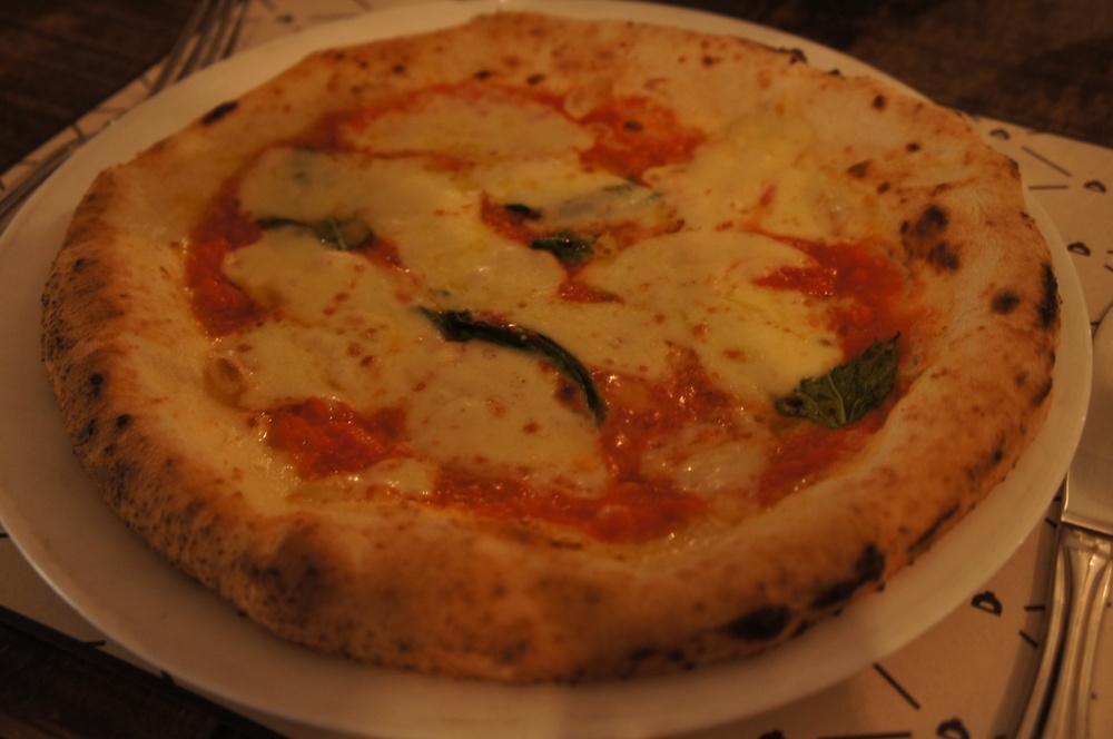 Eu me rendi e experimentei a pizza Margherita certificada. Valeu a pena! Só de olhar a foto me dá vontade de comer de novo. O que me chamou a atenção nessa pizza foi o molho de tomate, adocicado por conta dos tomates bem escolhidos (sem açúcar na receita!) e a massa, com uma textura marcante por conta da fermentação natural.Já quero voltar.