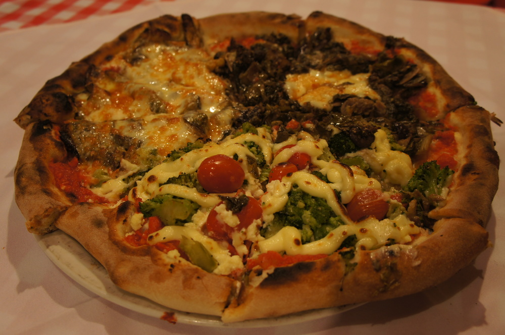 Pizza um terço Abobrinha, um terço Brócolis e um terço Escarola. Estávamos super saudáveis esse dia.