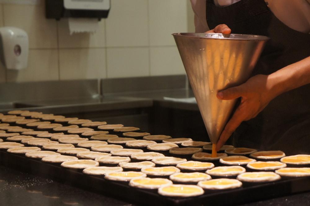 Os pastéis de nata sendo feitos aos olhos do público.