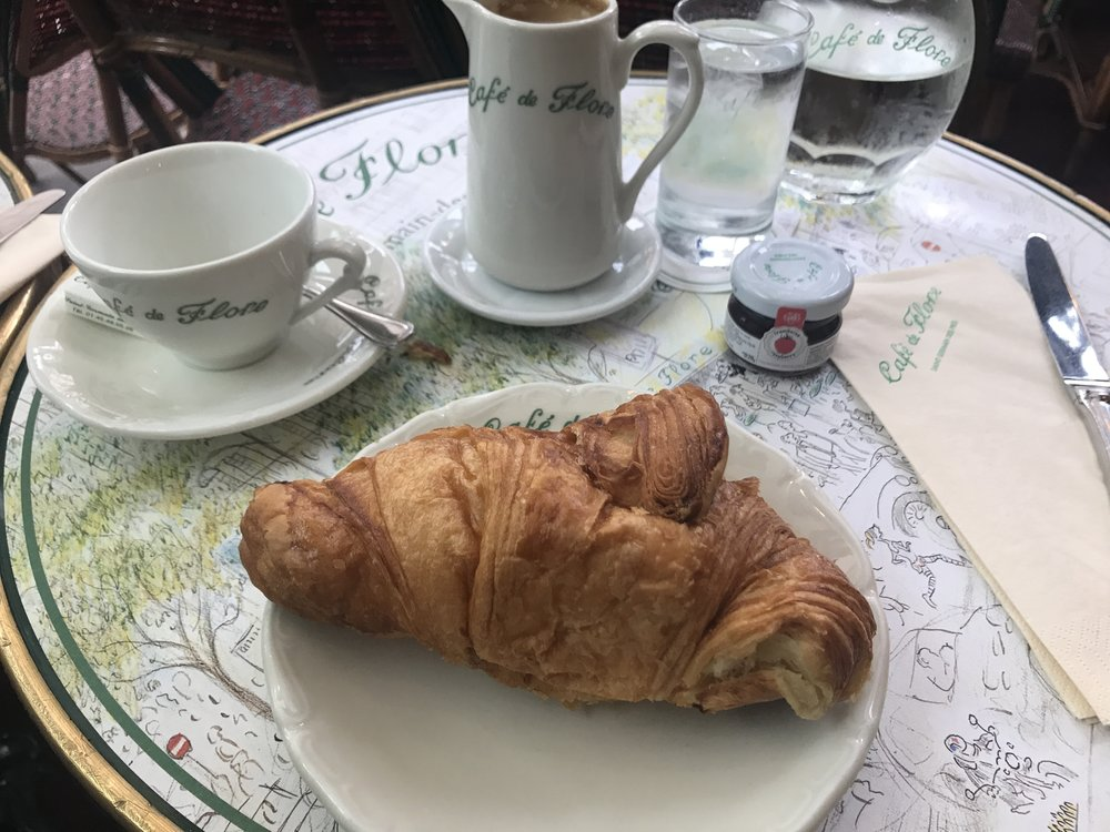 """O croissant """"marromeno"""" do Café, mas os detalhes charmosos ao fundo. Foto: Mandolina Blog"""