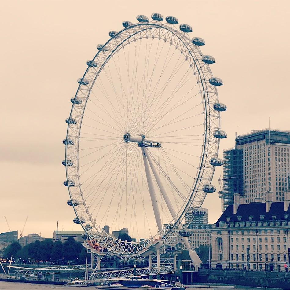 A única desvantagem de viajar sozinha, é que se você odeia selfie como eu, suas fotos vão ser sempre assim! Sem você, rs. London Eye, na minha viagem mês passado para Londres. Foto: Mandolina Blog.