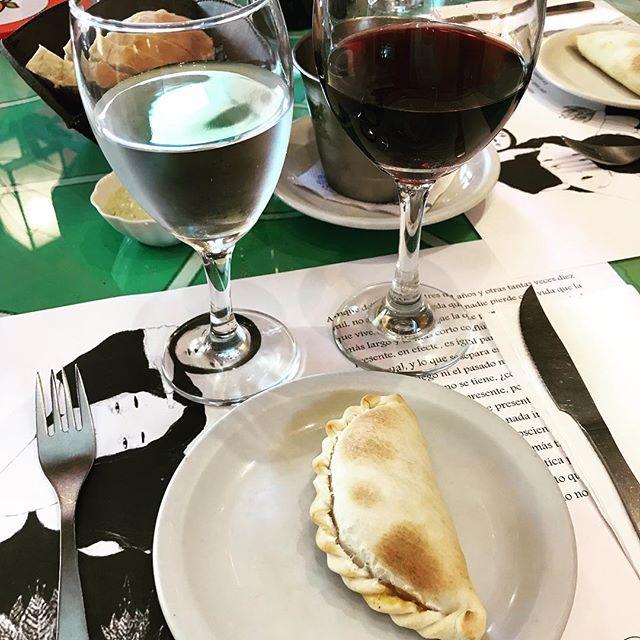 Vinho e empanada só querem dizer uma coisa: argentina! ♥️ #mandolina #mandolinablog #mandolinaviaja #instafood