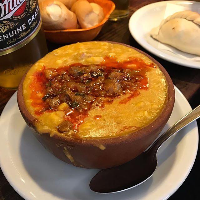 Experimentando locro pela primeira vez!  Locro é um ensopado a base de abóbora, feijão, milho e carne. Esse da Vieja Esquina achei muito bom.  #mandolina #locro #mandolinablog #mandolinaviaja