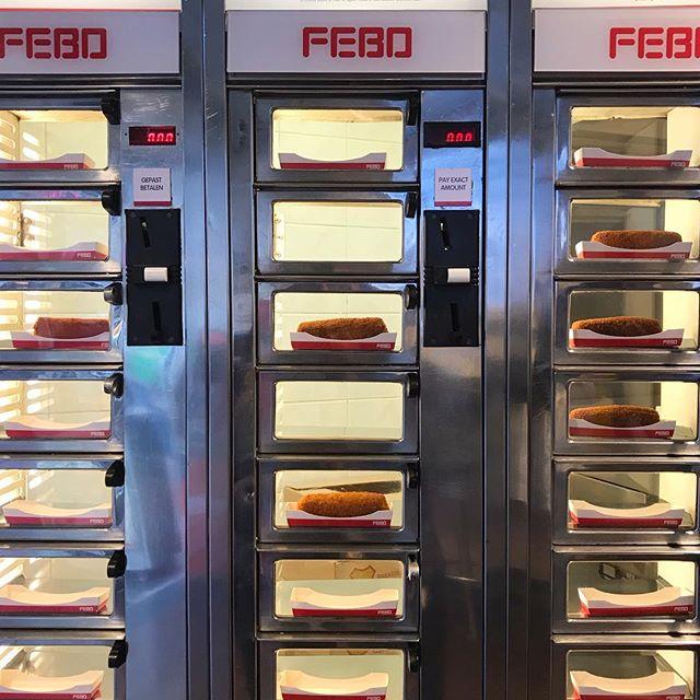 Chegada numa porcaria que sou, estava muito curiosa pra conhecer a FEBO, fast-food muito típico daqui que vende salgadinhos nessas vitrines tipo vending machine. Não era meu destino, mas por coincidência foi o primeiro item da minha lista por qual passei. Óbvio que experimentei o mais tradicional: croquete de carne, ou rundvleeskroket. Muuuuito junk food e claro, muito bom!  #mandolina #mandolinablog #mandolinaviaja #mandolinatakesamsterdam #febo #dutchfood