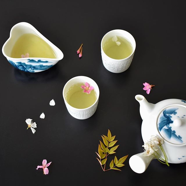 Did you know there are different grades of green tea? 🍵 Gyokuro is known as the highest quality green tea with its sweet, smooth taste and green color, grown in the shade rather than full sun before it's harvested🍃  Photo by @sixtyeightcolors  #shuharicafe #shuharimatcha #gyokuro