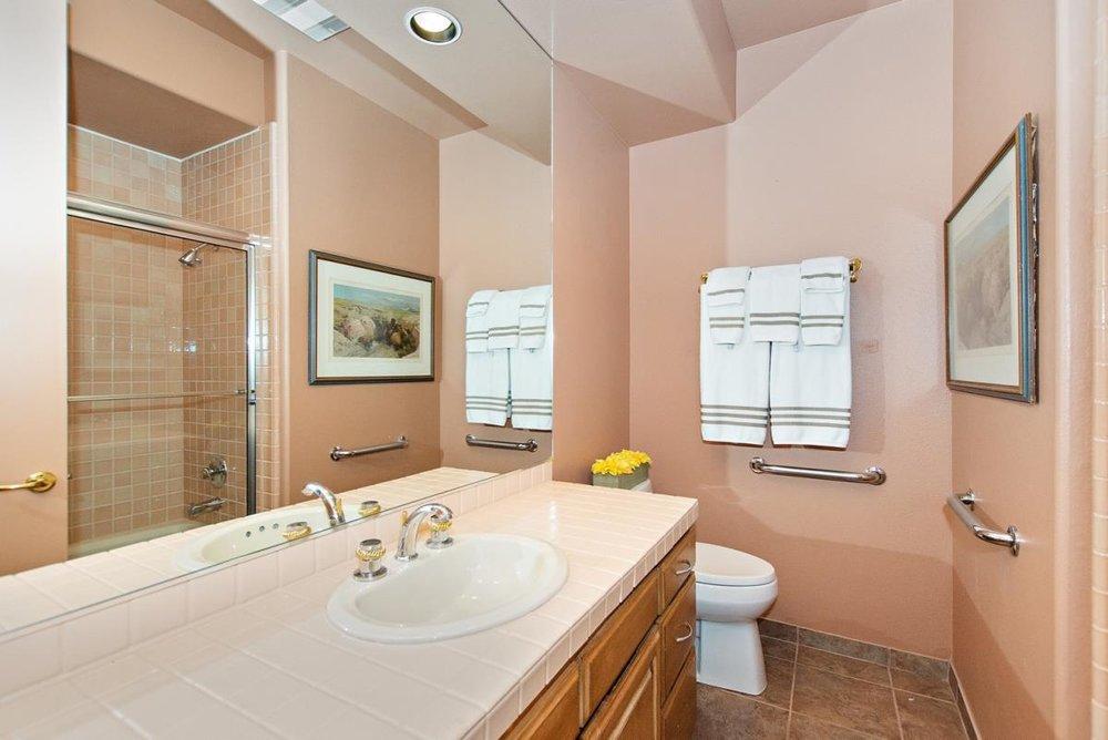 17-Bathroom(1).jpg