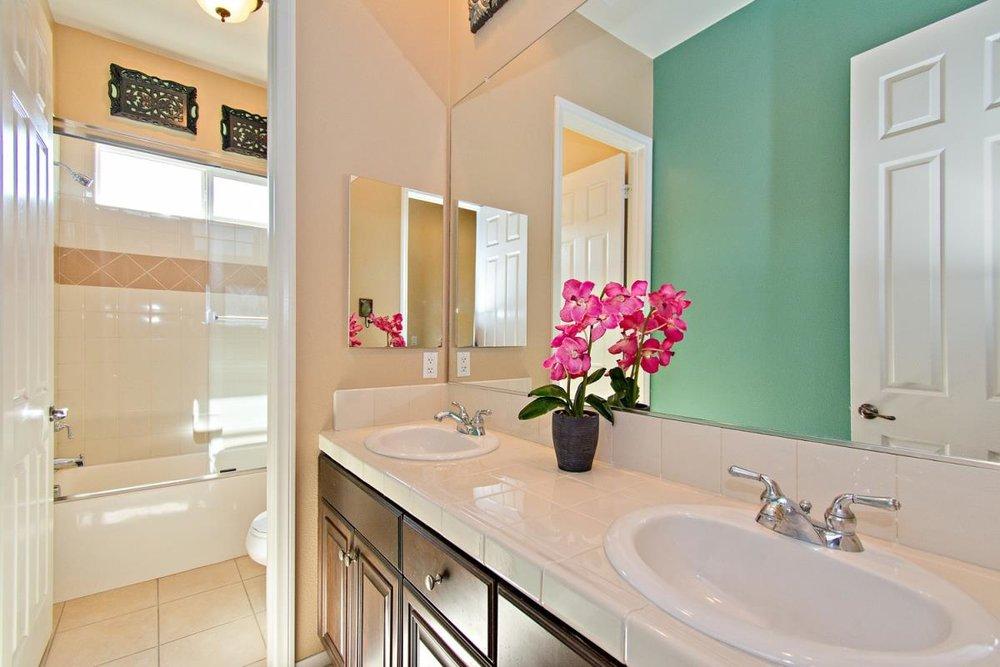 20-Bathroom(1).jpg