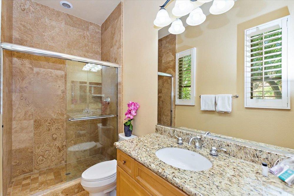 20-Bathroom(2).jpg