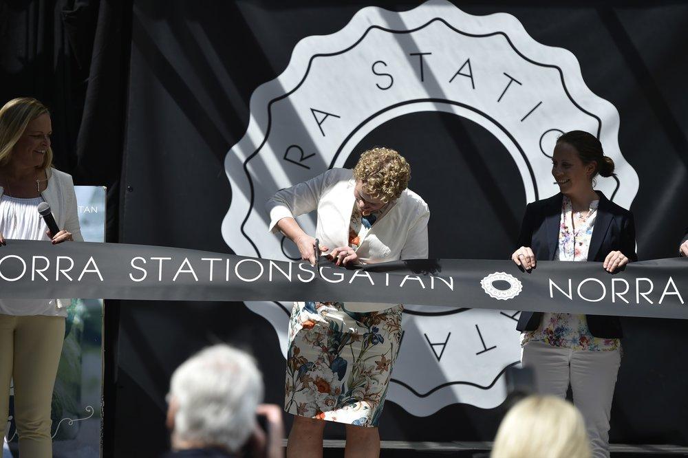 Finansborgarråd Karin Wanngård (S) klippte bandet tillsammans med byggherresamverkan för Norra Stationsgatan.Foto: Mikael Sjöberg