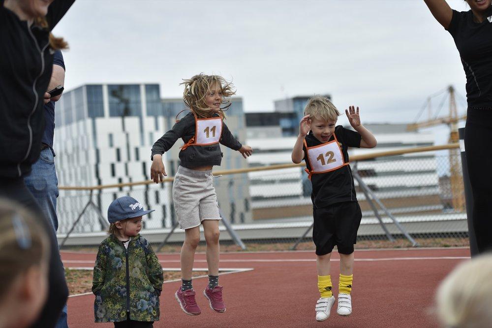 Uppvärmning för alla barnen och de små ser och lär.Foto: Mikael Sjöberg