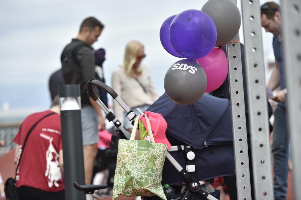 Barnvagnar och ballonger. Foto: Mikael Sjöberg