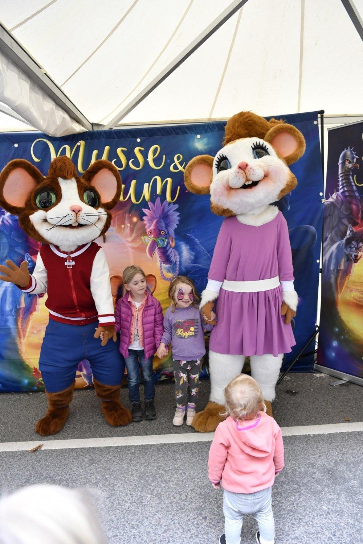 Efter uppträdande fick barnen kramar och ta kort med Musse och Helium i Atrium Ljungbergs tält.