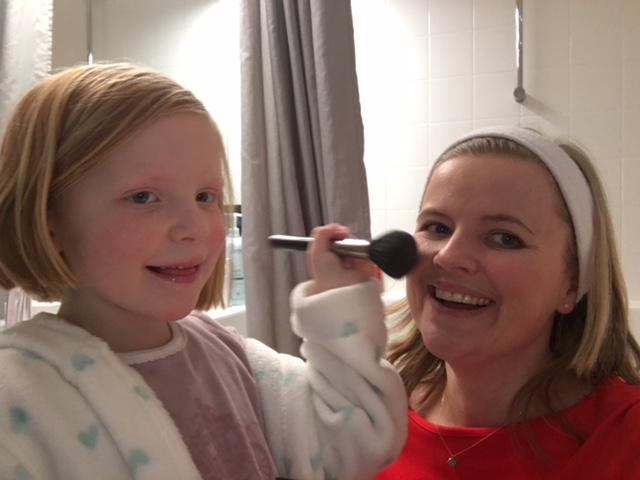 Het helpt wel als je iemand hebt om je hair & make-up te doen.