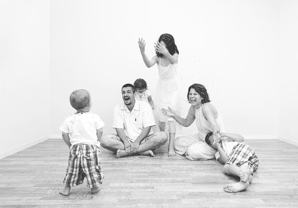 Family photography bw confetti