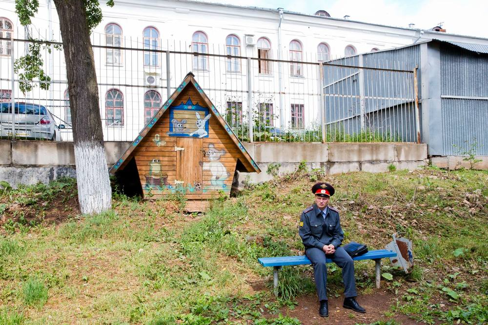 Policeman guards the backyard of a courthouse in Kirov as Alexey Navalny's sentence is being announced. July 18, 2013
