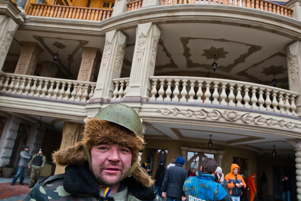Protesters explore Ukrainian president Yanukovich's fancy residence Mezhihirya after he fled the country