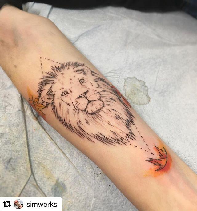 🦁 + 🦅 by Brad @simwerks ・・・ #tattoo #tattoos #tattooing #seattletattoo #seattletattooartist #blxckink #btattooing #blackwork #liontattoo #linework #watercolortattoo #colortattoo #ink #inked #skinart #tattoodo #tatuajes #att #illustration #drawing  #skinandaoultattoo