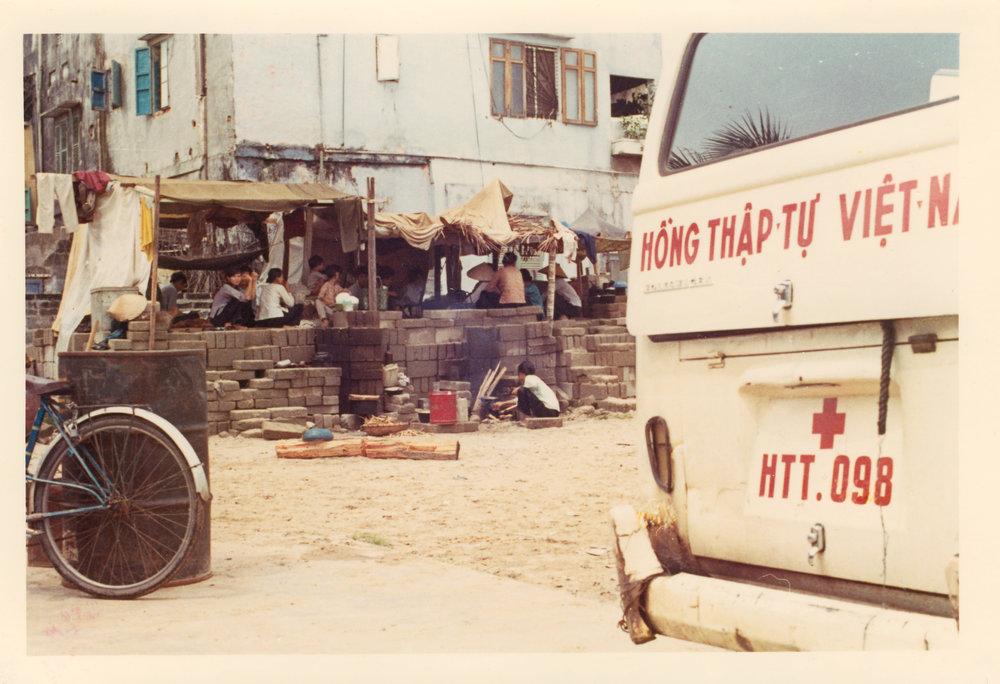 Danang. Réfugiés s'étant organisés dans la cour de l'école . Photographer: Michel Schroeder, ICRC Archives