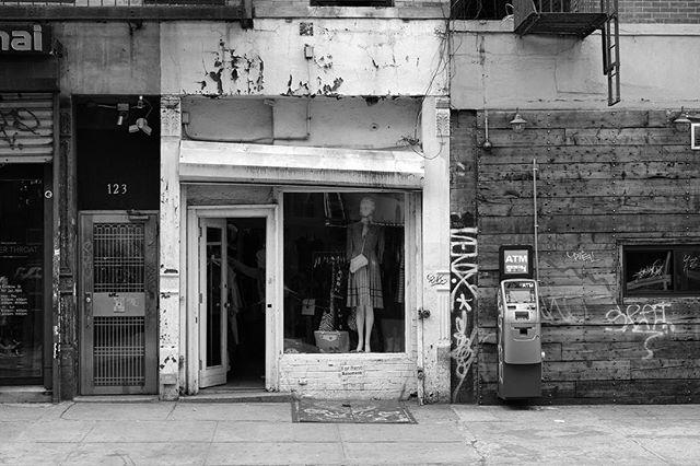Collection of grays . . . . . . . @fujifilm_northamerica #fujifilmxt2#bnw_captures #bnw_universe #insta_bw #bwmasters #igfotogram_bw #excellent_bnw#matiasjofre#igblacknwhite#blackandwhite_perfection #bnw_demand #bnwmood #bnw_planet #bnw_society #bnw_magazine#nyc#urban#streetshoot#matiasjofre#photographyislifee#photographyislife #photographysouls#photographyeveryday #photographylover#worldbestgram