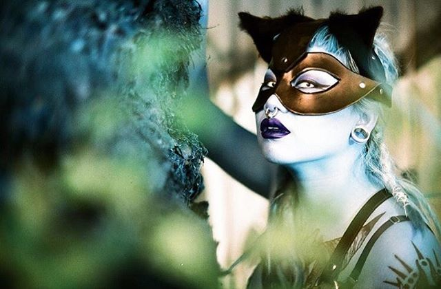 Serving up some alien cat realness. Boss lady behind the camera: @astratakesphotos