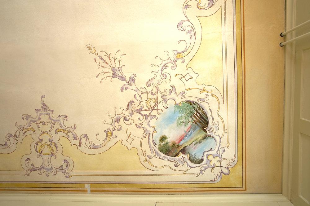 Erdgeschoss mit Deckenornamenten