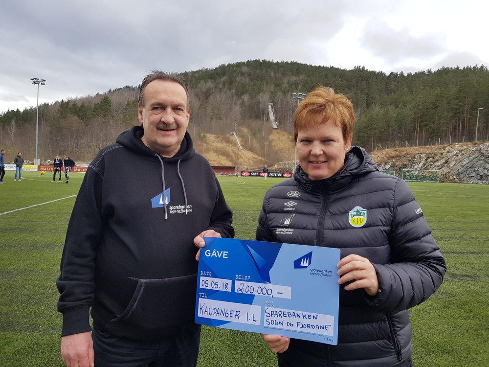 Atle Hatleberg i Sparebanken Sogn og Fjordane delte ut gåva til leiar i Kaupanger fotball, Trine Lerum Hjellhaug.