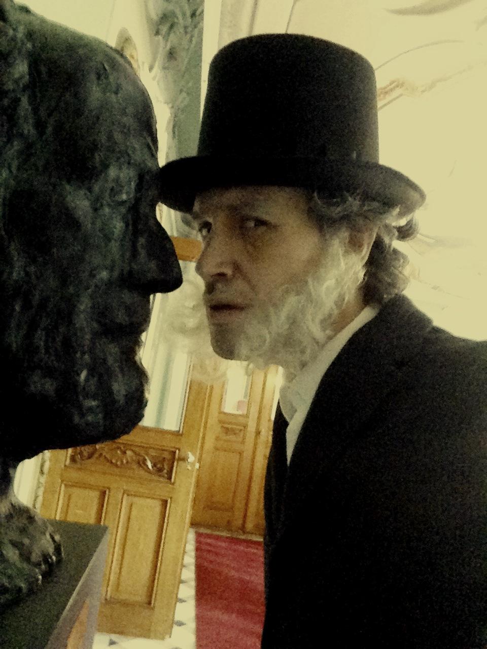 Henrik Ibsen snuser litt rundt på Nationaltheatret i påvente av sin entré på Barnas Ibsen under Ibsenfestivalen 2018.