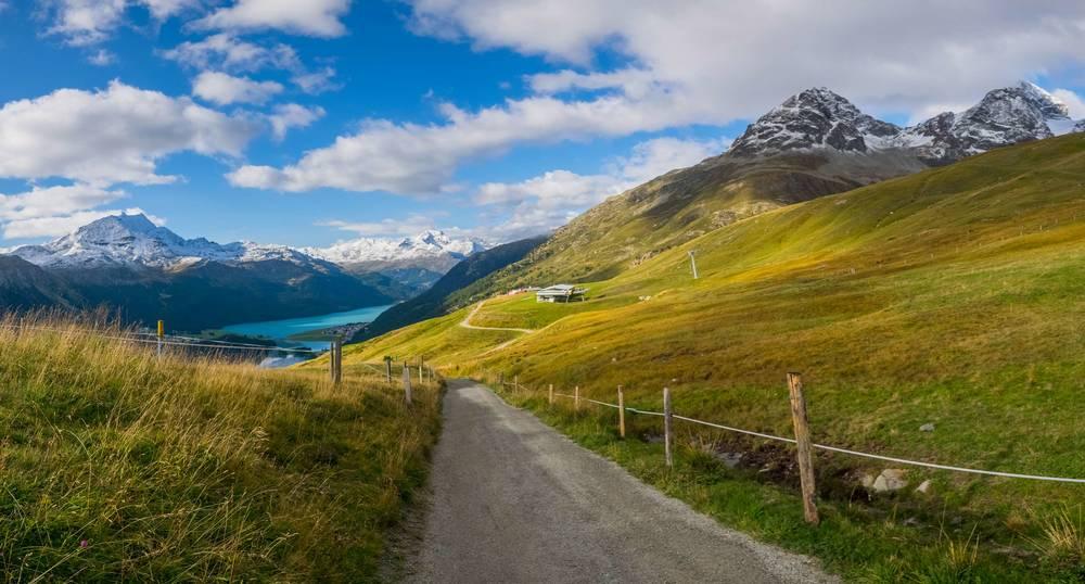 Kurzer Fussweg von der Bergstation Suvretta/Chasellas bei atemberaubender Berg- und Seekulisse.