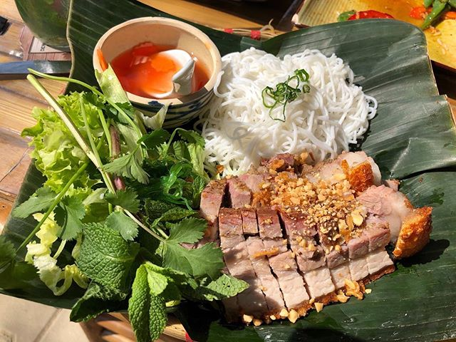 Summer food: Heo Quay - what do you think? 👍🏻or 👎🏻? #cookingclass #cooking #heoquay #tigercheffood #vietnamesecookingclass #frankfurttourguide #frankfurtfurtfoodguide #kochkurs #vietnamesefood #foodblogger #frankfurtfood #frankfurt #foodtour