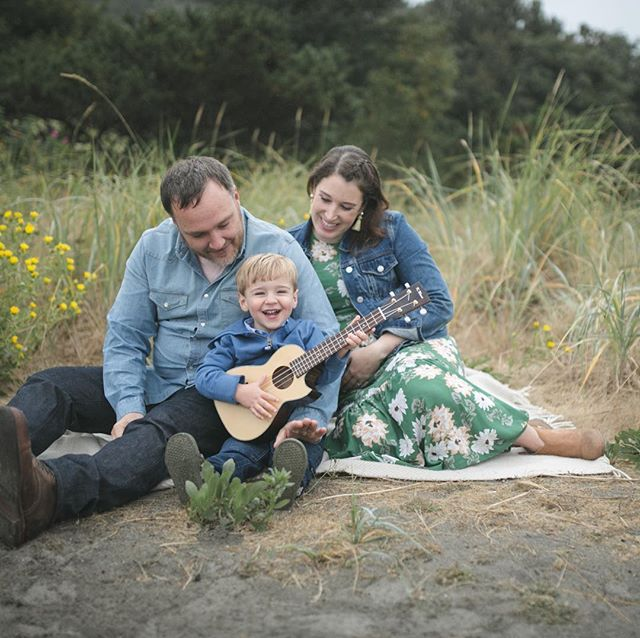 He was a squirmy little guy until he got that ukulele in his hands. And the moment he did, he lit up. We spent the rest of the session singing and dancing, playing ukulele all over the beach. . . . . . #familyphotography #seattlefamilyphotographer #seattle #kelseymoll #fallfamilyphotos #makeportraits #seattle