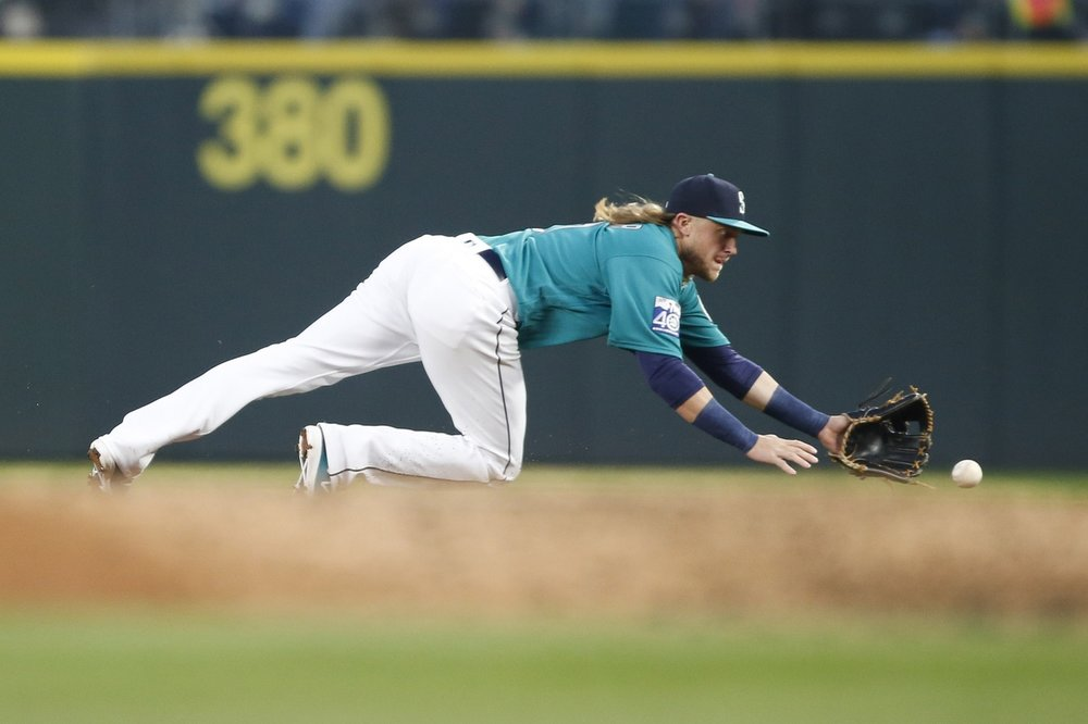 Taylor Motter dives for the ball.