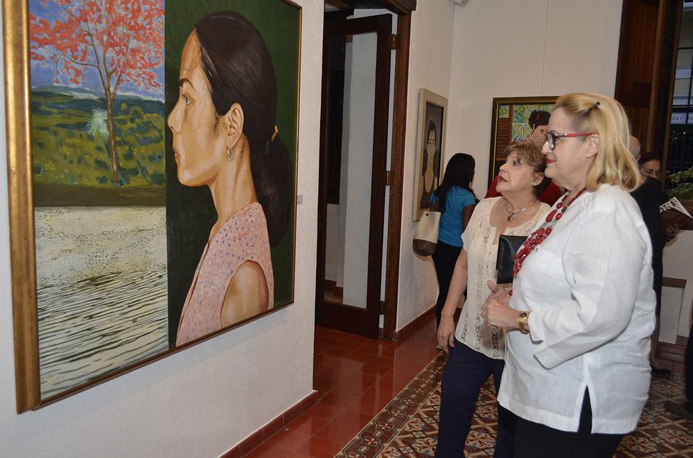 Foto 15 Ivelisse Gil y Marcia Marión-Landais disfrutan de una de las obras expuesta en la exposición.jpg