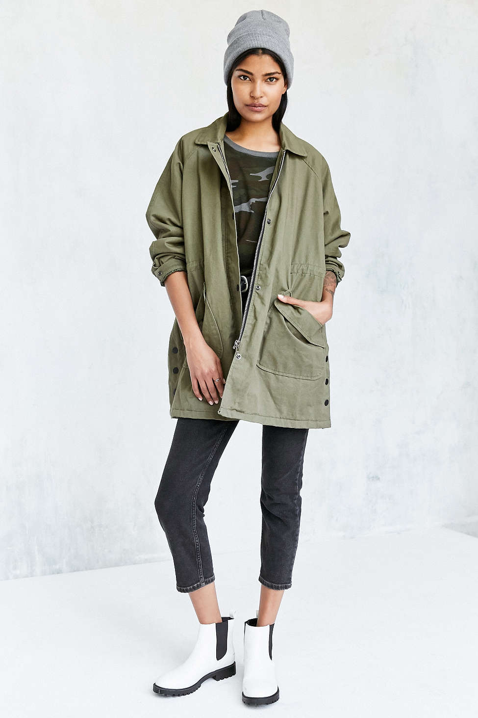 Everyone should have an anorak in their closet - these jackets pair perfectly with a T-shirt + denim for the perfect casual weekend look. This oversized army green jacket is absolutely perfect for fall!