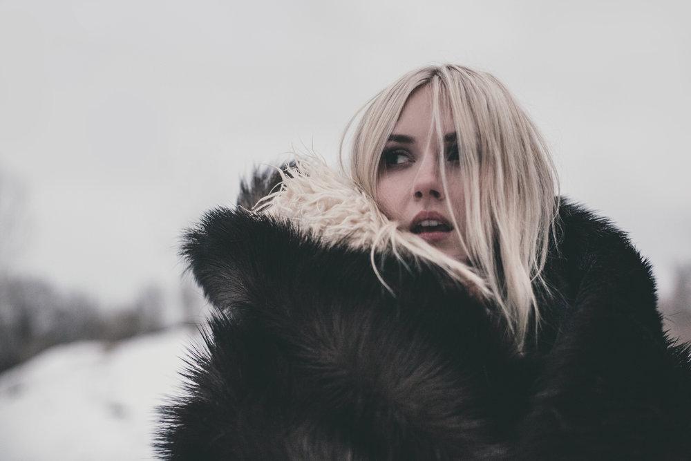 ©duston-todd-fashion-woman--black-fur-coat.jpg