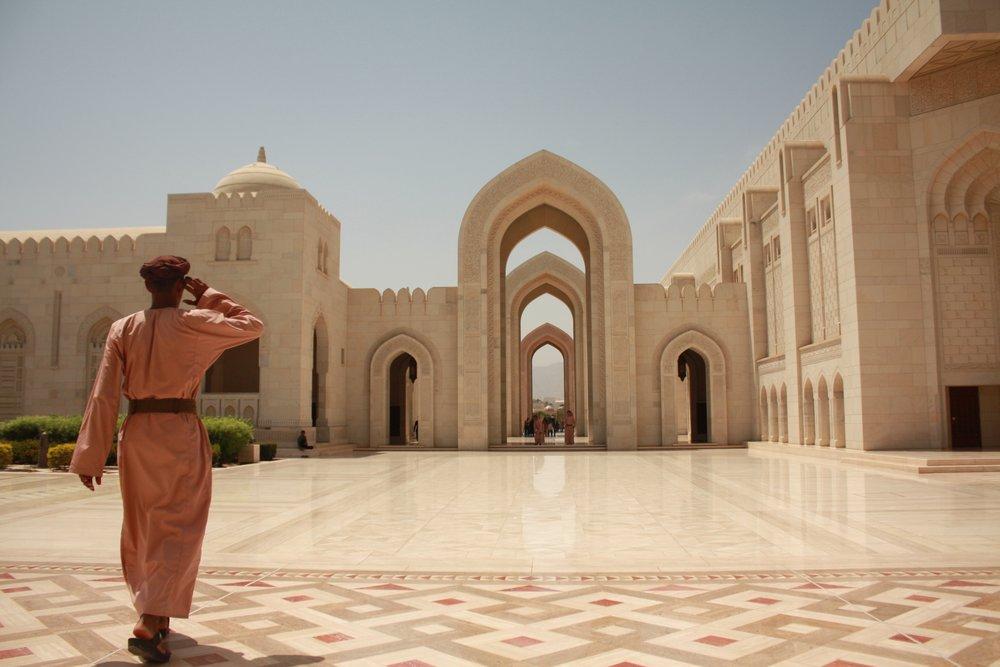 Oman Mosque and Black muslim.JPG