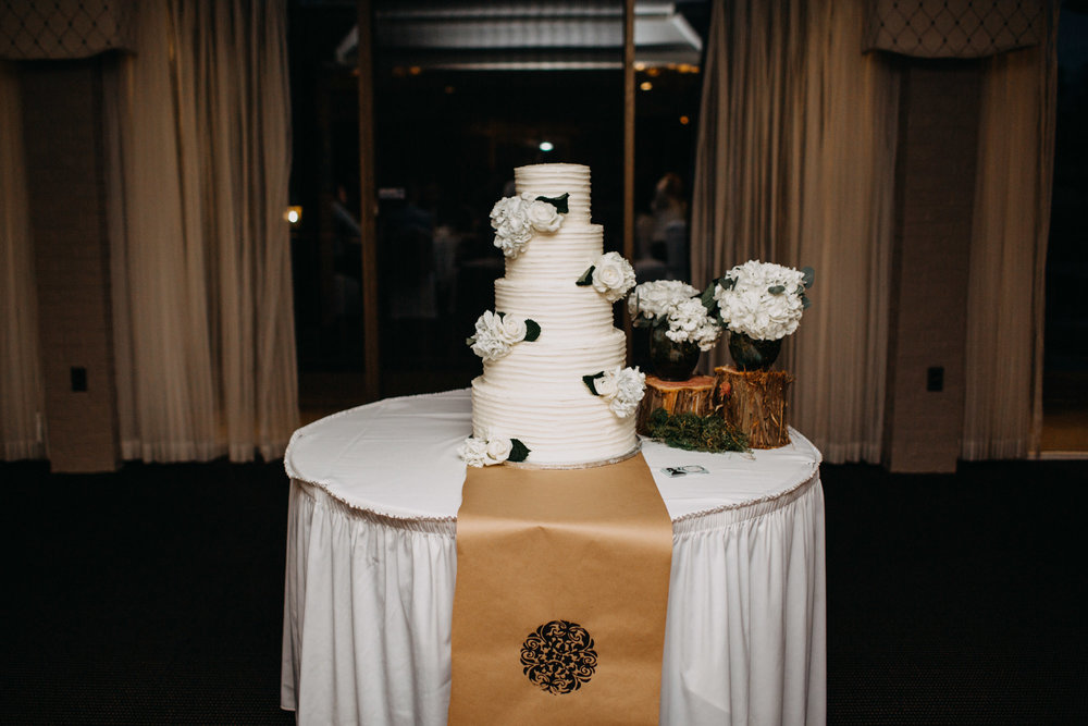 wedding cake at Meadowbrook Country Club