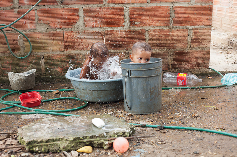 Two of Gavelys' grandsons bathe while waiting for lunch behind the house in Membrillal. © Sahara Borja, 2015