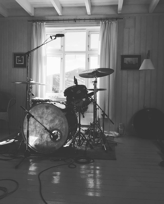 We worked on 5 new songs this week at an old cabin in the mountains of Tysvær, Norway. Great session! 🏕 #preprod #dunbarrowII #heavyrock #heavyriffs #doom #psych #vaagsessions #rocknroll #ridingeasyrecords