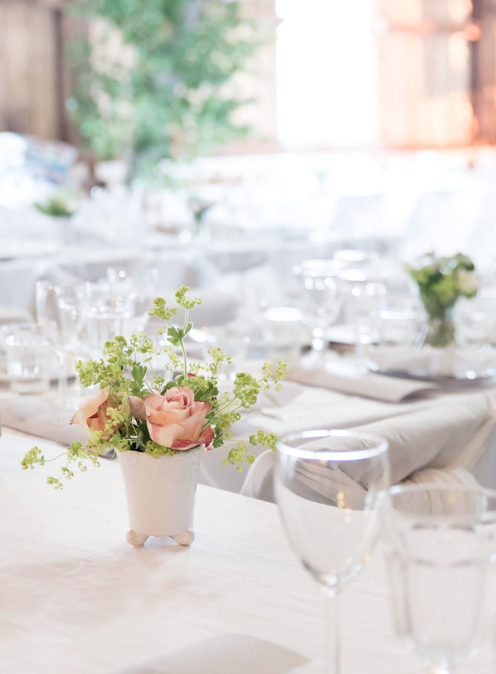 Blommor på bordet. Oasis för blommor i krukan hjälper dig att få det snyggt.