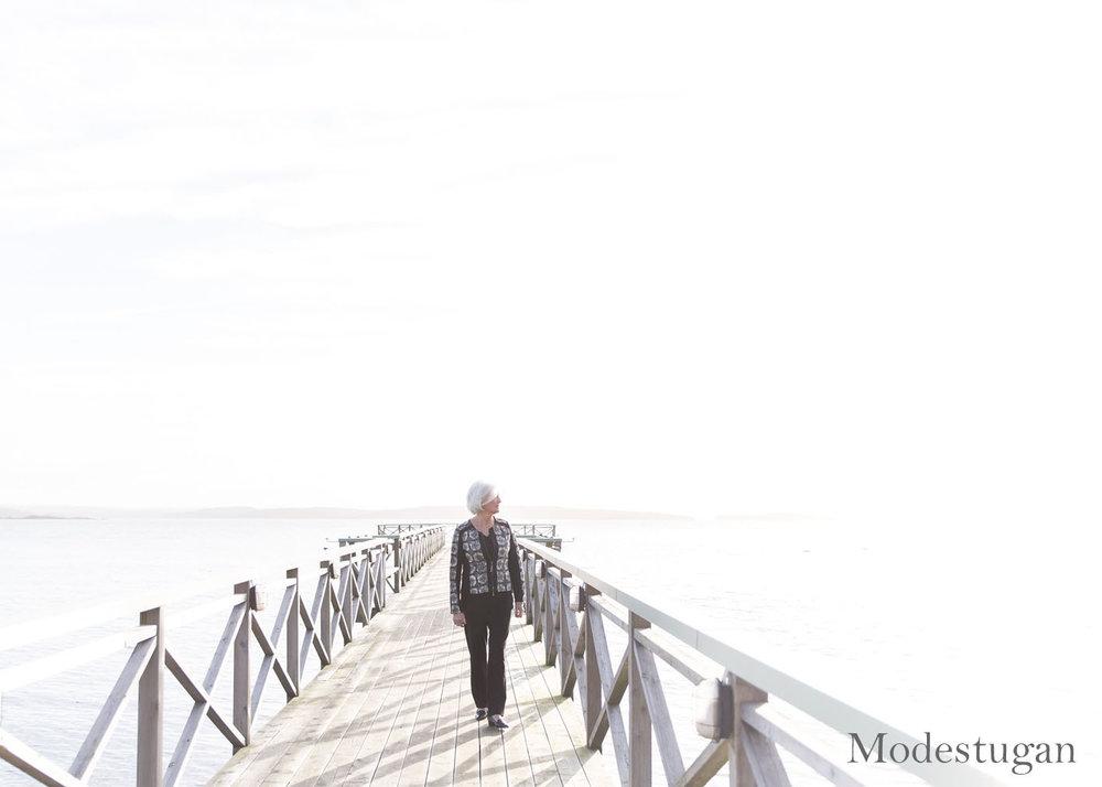 ingela med mönstrad jacka i svart och grå modestugan.se foto av frokenfoto (11).jpg