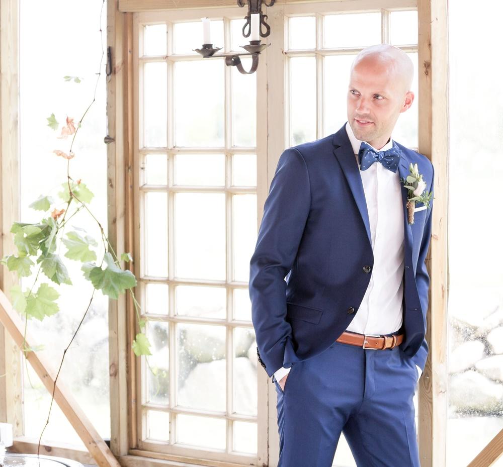 Brudgummen med Fröken Foto frokenfoto.se bröllopsfotograf  Horred Varberg Kungsbacka Göteborg (5).jpg