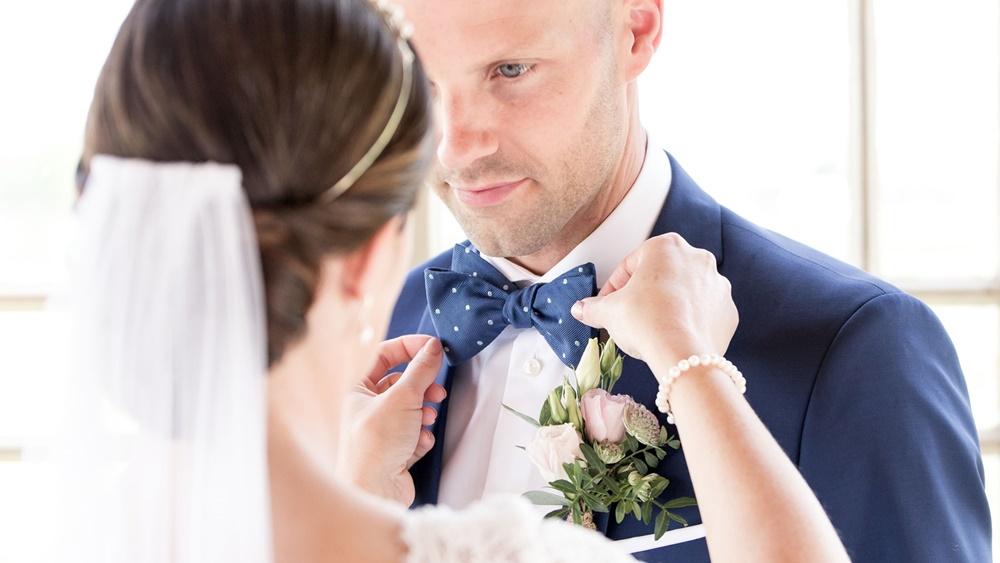 Brudgummen med Fröken Foto frokenfoto.se bröllopsfotograf  Horred Varberg Kungsbacka Göteborg (9).jpg